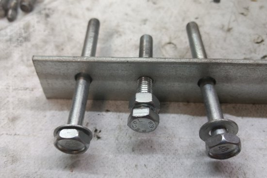 Des trous spéciaux sont prévu d'origine sur chaque coté du carter pour y visser les deux vis à l'extrémité de l'extracteur.