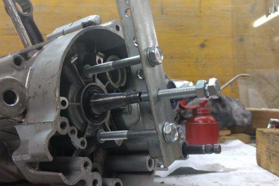 Il suffit de mettre l'extracteur en place et de serrer la vis au centre.
